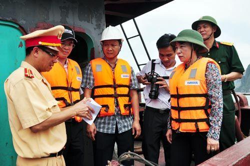 Tàu chở 48 khách tham quan bị đâm chìm trên vịnh Hạ Long - Ảnh 2