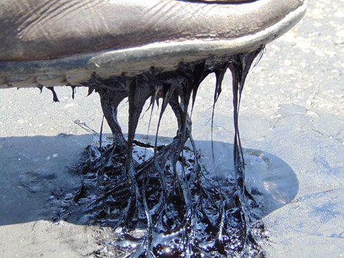 Nắng nóng làm chảy nhựa mặt đường ở Hà Tĩnh - Ảnh 1