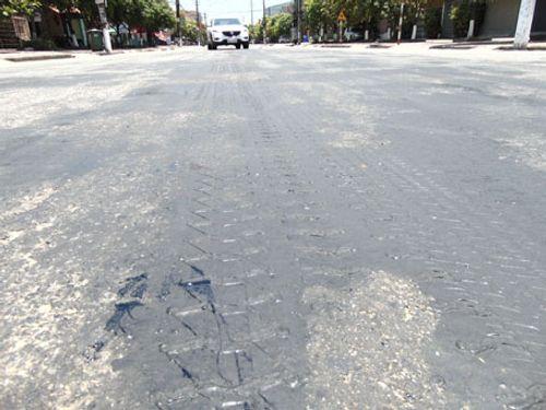 Nắng nóng làm chảy nhựa mặt đường ở Hà Tĩnh - Ảnh 3