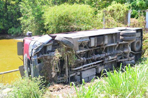 Hi hữu: Xe khách lao xuống ao, 17 người thoát nạn trong gang tấc - Ảnh 1