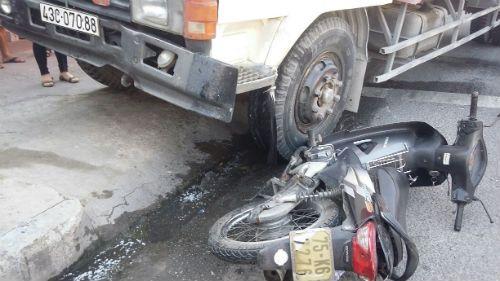 Dừng đèn đỏ, người phụ nữ bị xe tải tông bay lên lề đường - Ảnh 1
