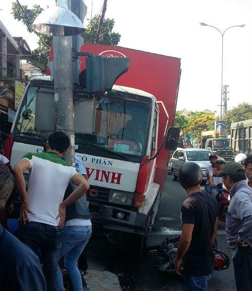 Dừng đèn đỏ, người phụ nữ bị xe tải tông bay lên lề đường - Ảnh 2