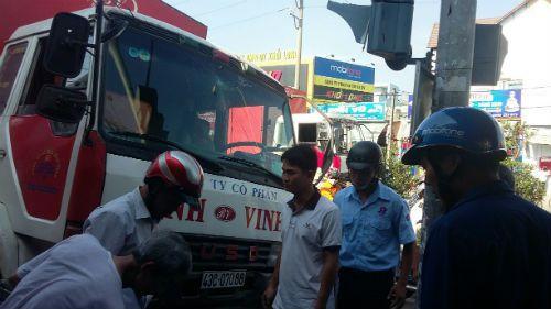 Dừng đèn đỏ, người phụ nữ bị xe tải tông bay lên lề đường - Ảnh 3