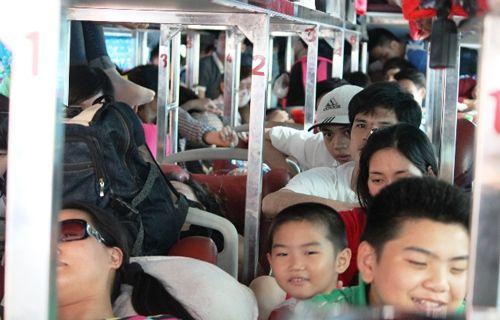 Xe khách 42 chỗ nhồi nhét 111 người: Xử phạt 40 triệu đồng - Ảnh 1