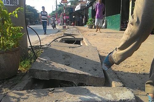 Dân hoảng sợ vì vụ nổ lớn lật tung nắp cống gần cây xăng - Ảnh 1