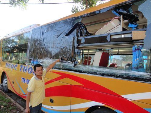 Xe khách bị ném đá vỡ toang kính, hành khách hoảng loạn - Ảnh 1