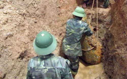 Phát hiện quả bom nặng gần 400kg nằm trong khu dân cư - Ảnh 1