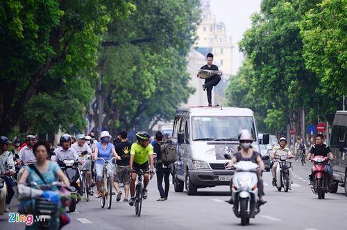 Ảo thuật gia 9X ngồi lơ lửng trên nóc ô tô đọc báo ở Hà Nội - Ảnh 2