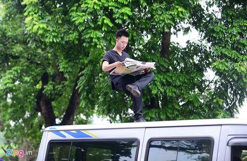 Ảo thuật gia 9X ngồi lơ lửng trên nóc ô tô đọc báo ở Hà Nội - Ảnh 3