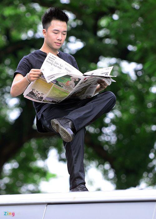 Ảo thuật gia 9X ngồi lơ lửng trên nóc ô tô đọc báo ở Hà Nội - Ảnh 4