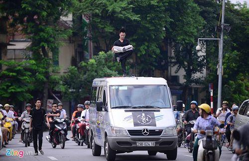 Ảo thuật gia 9X ngồi lơ lửng trên nóc ô tô đọc báo ở Hà Nội - Ảnh 5