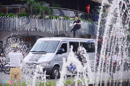 Ảo thuật gia 9X ngồi lơ lửng trên nóc ô tô đọc báo ở Hà Nội - Ảnh 6
