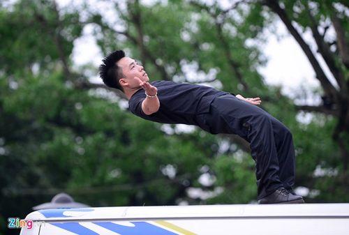 Ảo thuật gia 9X ngồi lơ lửng trên nóc ô tô đọc báo ở Hà Nội - Ảnh 7