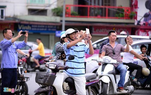 Ảo thuật gia 9X ngồi lơ lửng trên nóc ô tô đọc báo ở Hà Nội - Ảnh 9