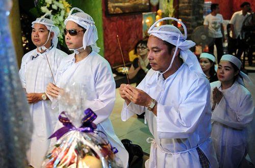 Ngọc Sơn và hai em trai rưng rưng thắp hương trước linh cữu cha - Ảnh 1