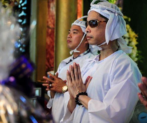 Ngọc Sơn và hai em trai rưng rưng thắp hương trước linh cữu cha - Ảnh 2