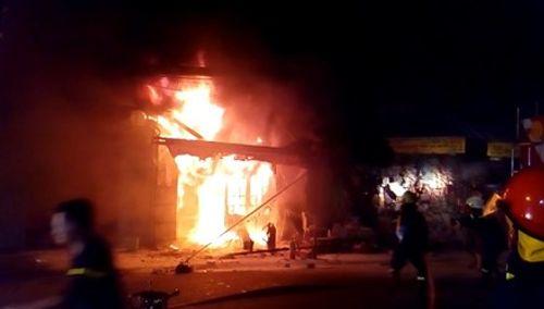 Tiệm tạp hoá cháy rụi lúc nửa đêm, hàng trăm người tháo chạy - Ảnh 1