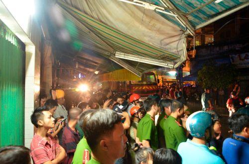 Tiệm tạp hoá cháy rụi lúc nửa đêm, hàng trăm người tháo chạy - Ảnh 2