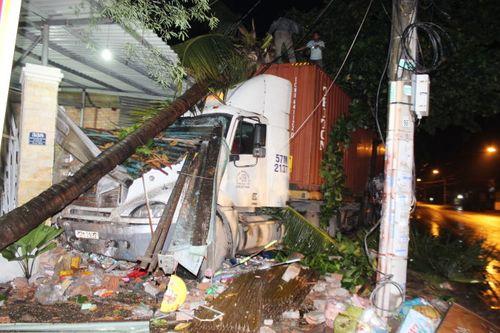 Xe container tông sập 2 nhà dân lúc nửa đêm - Ảnh 1