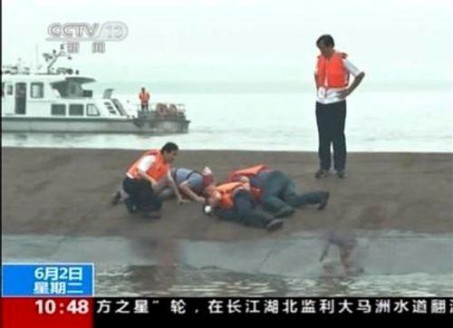 Chìm tàu ở Trung Quốc: Người sống sót la hét cầu cứu - Ảnh 1