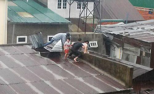 Thót tim cảnh nam thanh niên bơi qua dòng lũ nhiễm điện cứu 3 mẹ con - Ảnh 1