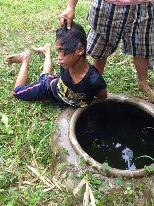 Phía sau bức ảnh gây phẫn nộ: Cậu bé bị dúi đầu vào chum nước tiểu vì trộm dừa - Ảnh 1