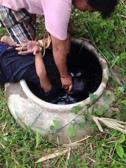 Phía sau bức ảnh gây phẫn nộ: Cậu bé bị dúi đầu vào chum nước tiểu vì trộm dừa - Ảnh 2
