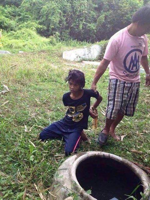 Phía sau bức ảnh gây phẫn nộ: Cậu bé bị dúi đầu vào chum nước tiểu vì trộm dừa - Ảnh 3