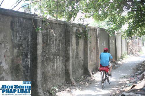 Cận cảnh bức tường nguy hiểm nhất Hà Nội - Ảnh 1