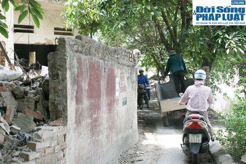 Cận cảnh bức tường nguy hiểm nhất Hà Nội - Ảnh 9