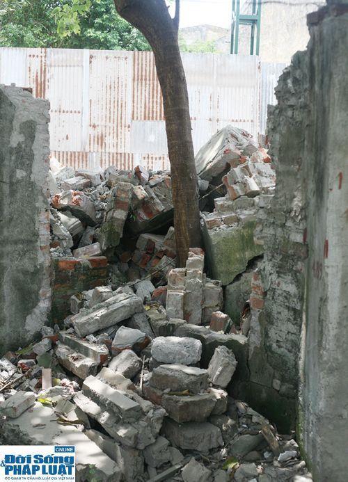 Cận cảnh bức tường nguy hiểm nhất Hà Nội - Ảnh 2
