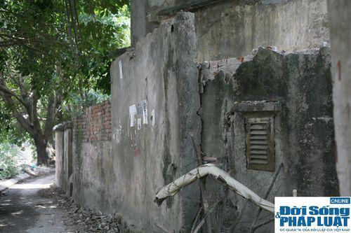 Cận cảnh bức tường nguy hiểm nhất Hà Nội - Ảnh 3