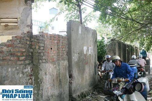 Cận cảnh bức tường nguy hiểm nhất Hà Nội - Ảnh 8