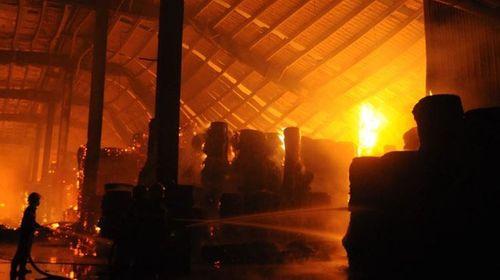 Hoả hoạn trong đêm, KCN Nhơn Trạch - Đồng Nai chìm trong biển lửa - Ảnh 2