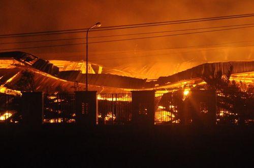Hoả hoạn trong đêm, KCN Nhơn Trạch - Đồng Nai chìm trong biển lửa - Ảnh 1