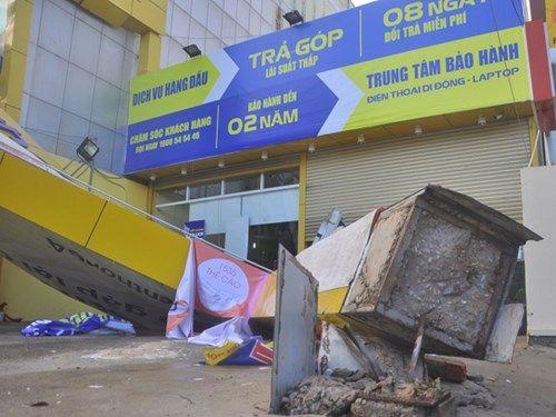 TP.HCM: Mưa giông kéo sập cột bê tông, nhiều nhà tốc mái - Ảnh 1