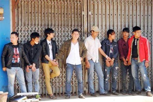 Hai nhóm thanh niên hỗn chiến giữa ngã ba đường - Ảnh 2