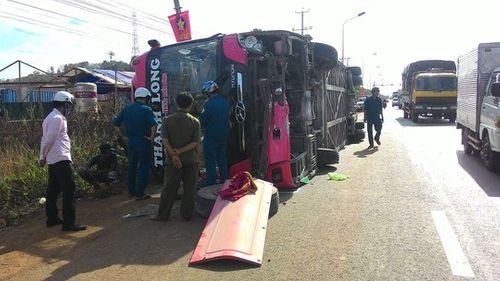 Xe khách giường nằm lật giữa quốc lộ khiến 7 người bị thương - Ảnh 1
