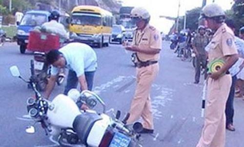 Bị yêu cầu kiểm tra, lao thẳng xe tải vào Cảnh sát giao thông - Ảnh 1