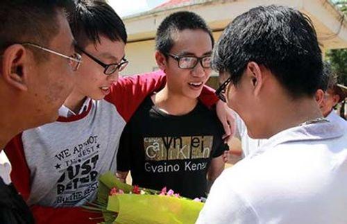 Vụ 'áp giải học sinh ở trường': Nam sinh được tại ngoại - Ảnh 1