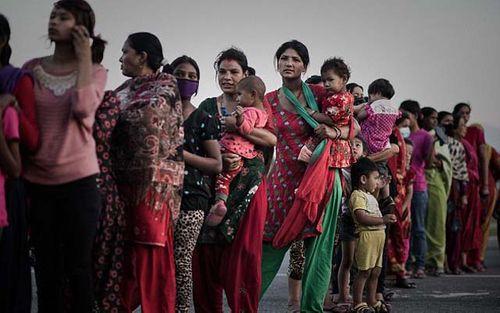 Sau động đất, trùm buôn người đổ xô tới Nepal - Ảnh 1