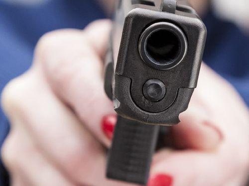Một người đàn ông bị 3 phụ nữ dí súng, hiếp dâm - Ảnh 1