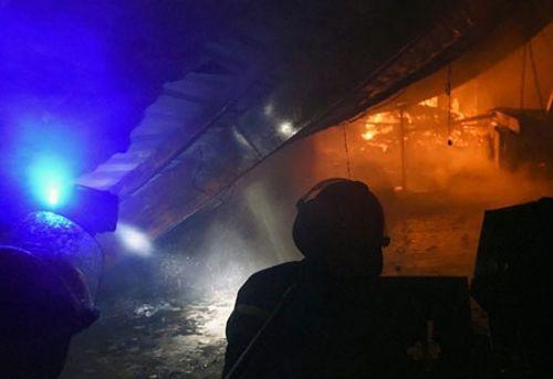 Hà Nội: Cháy lớn, thiêu rụi hàng trăm m2 nhà xưởng trong mưa dông - Ảnh 1