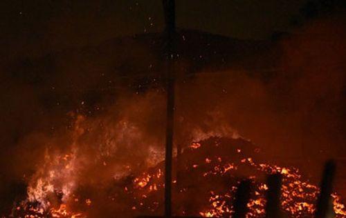 Hà Nội: Cháy lớn, thiêu rụi hàng trăm m2 nhà xưởng trong mưa dông - Ảnh 2