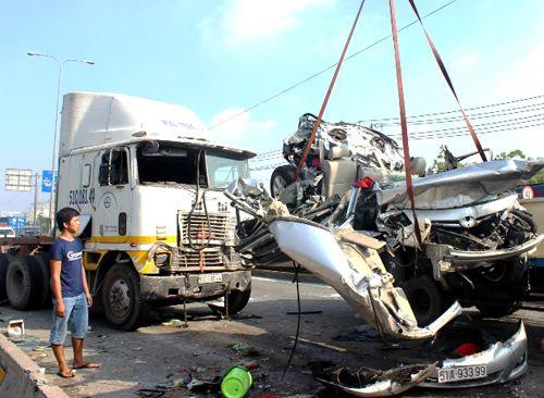 Xe container tông nát ô tô, 5 người chết: Cô gái kêu cứu yếu ớt trong ôtô - Ảnh 3
