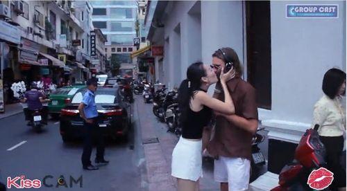 """Sự thật về bức ảnh """"hôn kiểu Kiss Cam rồi chết"""" đang lan truyền chóng mặt - Ảnh 1"""