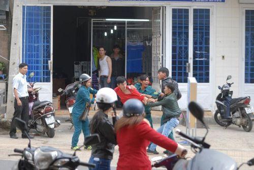 Dân quân đánh người ngay giữa đường khi đi hát karaoke - Ảnh 2