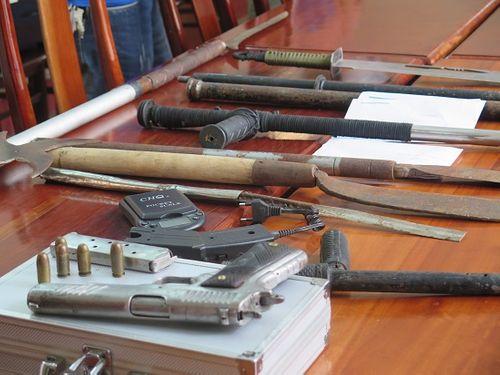 Bắt giữ xe khách vận chuyển số lượng lớn súng AK, B40, B41 - Ảnh 1