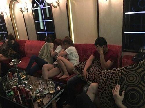 Hàng chục dân chơi Sài Gòn phê ma túy trong quán karaoke - Ảnh 1