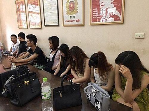"""Hơn 20 cô """"gái dịch vụ"""" bị bắt giữ trong đêm - Ảnh 1"""
